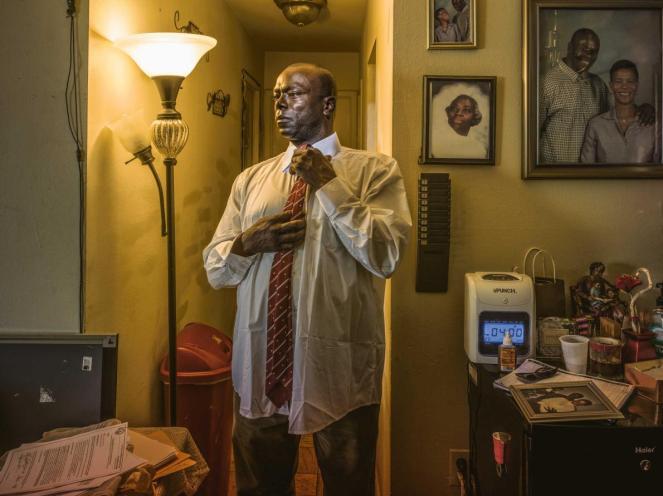 Kirk Odom đã bị kết tội hiếp dâm sau khi một chuyên gia chứng tỏ một sợi tóc trên áo ngủ nạn nhân phù hợp với ông ấy. Ông đã dành nhiều năm trong tù trước khi các khám nghiệm DNA chứng minh sự vô tội của ông. (Max Aguilera-Hellweg)